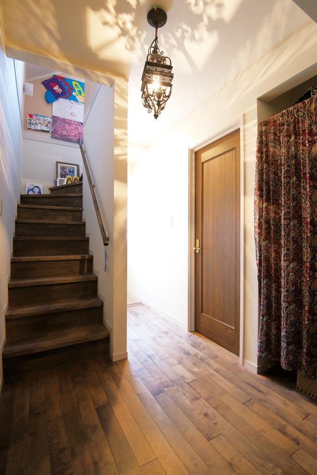 ハートホーム【デザイン住宅、輸入住宅、インテリア】2階も雰囲気を統一。小屋裏へは階段で
