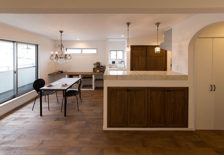 ハートホーム【デザイン住宅、二世帯住宅、自然素材】2階のLDK。床はバーチ、壁は珪藻土の塗り壁。シックな色合いと幅広の無垢の風合いが、自然素材のぬくもりに落ち着きを溶け込ませている。造作カウンターの下にルンバの居場所まで用意