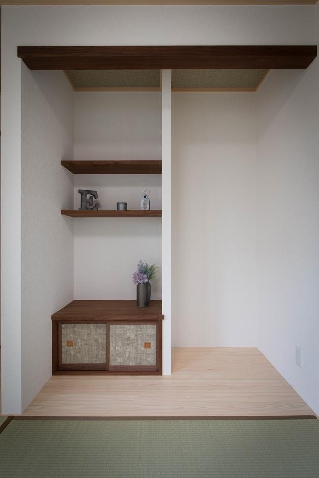 ハートホーム【デザイン住宅、二世帯住宅、自然素材】どこかモダンさも感じさせる和室。床の間の飾り棚のほか、キッチンのカウンターなどに、材木関係の仕事をしていたお父さまが大切に保管していた木材が使用された