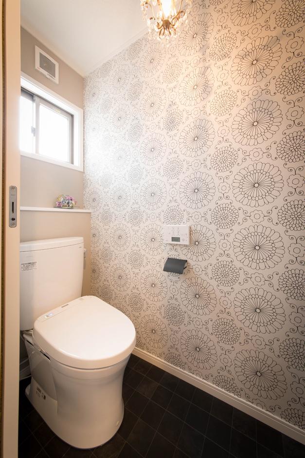 ハートホーム【デザイン住宅、二世帯住宅、自然素材】居住スペースはシンプルを意識したが、トイレや洗面は楽しくアレンジ。お客さんも使用するトイレは、奥さまセレクトのクロスや 照明でコーディネート