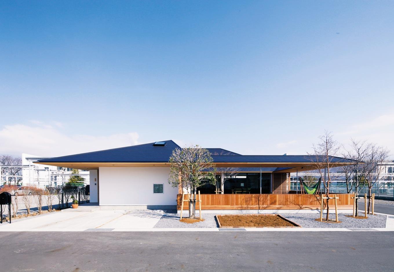 ハートホーム【デザイン住宅、自然素材、平屋】なだらかな大屋根が印象的な平屋の外観。玄関ポーチ部分に張り出した屋根に特殊な施工を施し強度を上げ、柱のないデザインを苦心して施工したそうだ