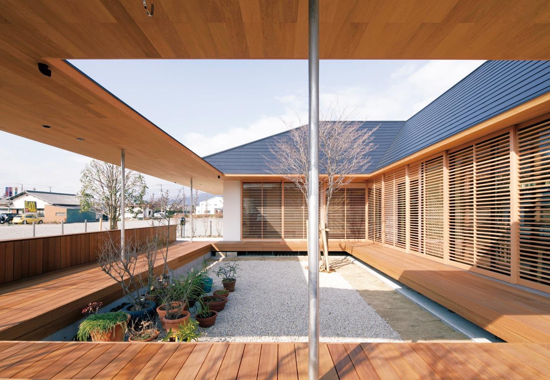 ハートホーム【デザイン住宅、自然素材、平屋】中庭を囲むウッドデッキ。人を集めて中庭でバーベキューや餅つきを楽しむことも。デッキはもちろん塀にも座れるように基礎を入れてある