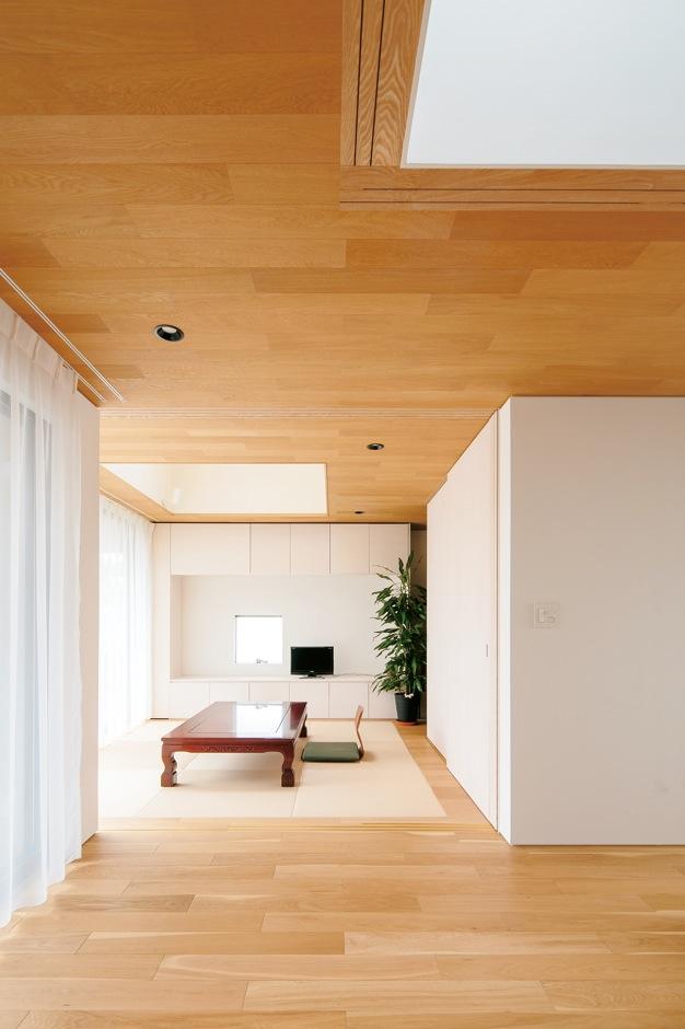 ハートホーム【デザイン住宅、自然素材、平屋】中庭に面した明るいゲストルーム。右側の壁の上下をよく見ると少し浮いているのがわかる。難しい施工だが、こうすることで陰影ができ、空間を広く見せる効果がある