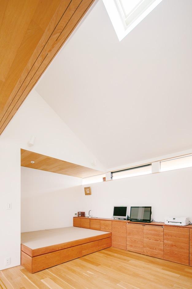 ハートホーム【デザイン住宅、自然素材、平屋】ご主人の居室は畳ベッドを造作。北側は数年後に幹線道路が開通する予定のため、視線を気にせずに採光・通風ができる高窓に