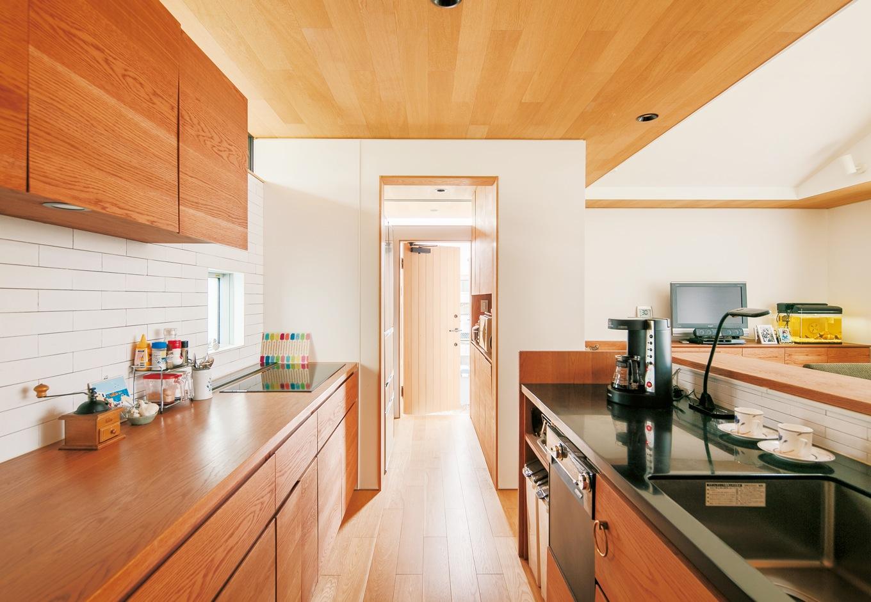 ハートホーム【デザイン住宅、自然素材、平屋】換気扇は使う時だけ出すビルトインタイプ。ダクトがないのも空間がすっきりと見える理由のひとつ