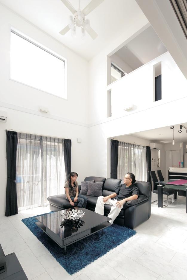 ハートホーム【デザイン住宅、間取り、インテリア】周囲を住宅に囲まれているため、少しでも採光を確保しようと『ハートホーム』か ら吹き抜けを提案。壁と床の白が反射して朝はまぶしいほど明るいそう