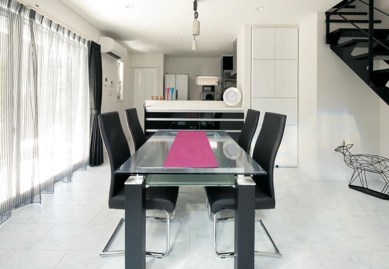 ハートホーム【デザイン住宅、間取り、インテリア】まるでモデルルームのようなすっきりとしたダイニング。階段はアイアンと木で造作したオリジナルだ。キッチンは同じ黒色の中でも鏡面タイプをチョイス