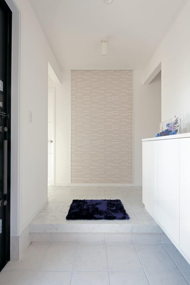 ハートホーム【デザイン住宅、間取り、インテリア】玄 関を入って正面の壁にエコカラットを。デザイン面だけでなく消臭効果も期待できる