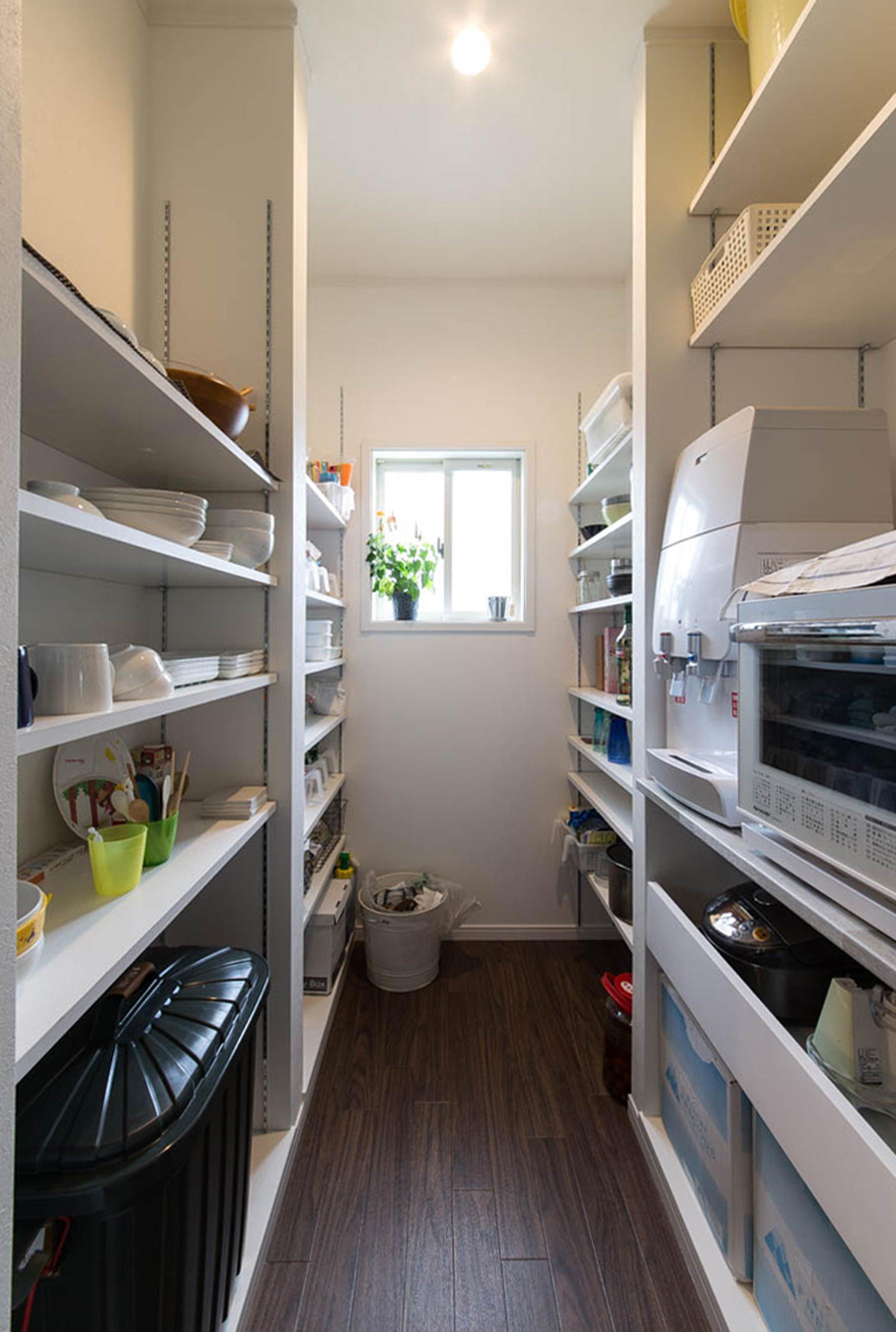 ハートホーム【デザイン住宅、収納力、間取り】キッチン裏に設けたパントリー。レンジや炊飯器、食器などキッチン周りの物はほとんどここに収納。扉がないため出入りしやすく、キッチンがきれいに片付くのが気に入っているそう