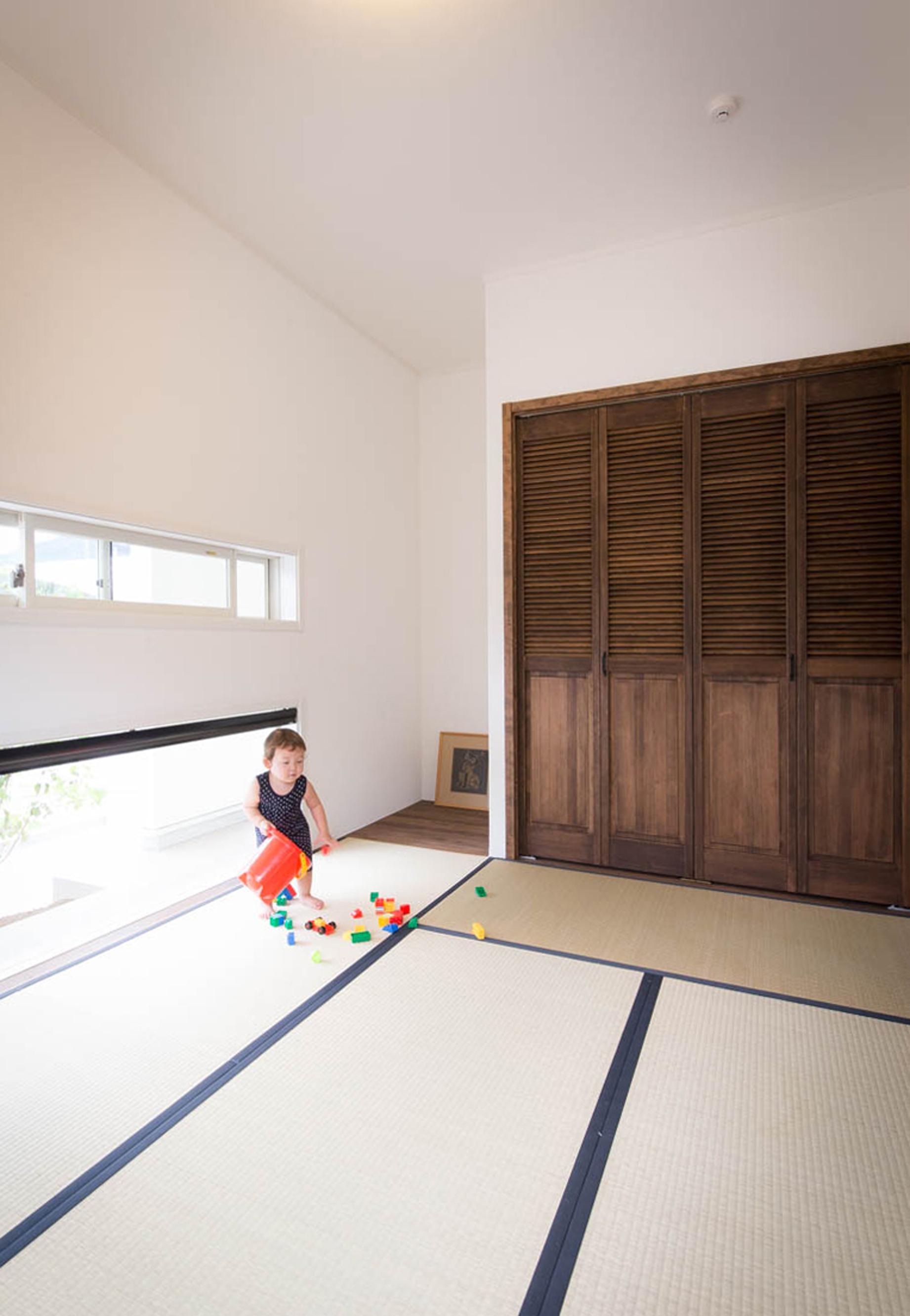 ハートホーム【デザイン住宅、収納力、間取り】リビング横の和室。道路に面しているため、窓は低めの位置に作り、ポーチに植えた木の緑が見える。今は客間として、将来は自分たちの寝室にと考えているそうだ