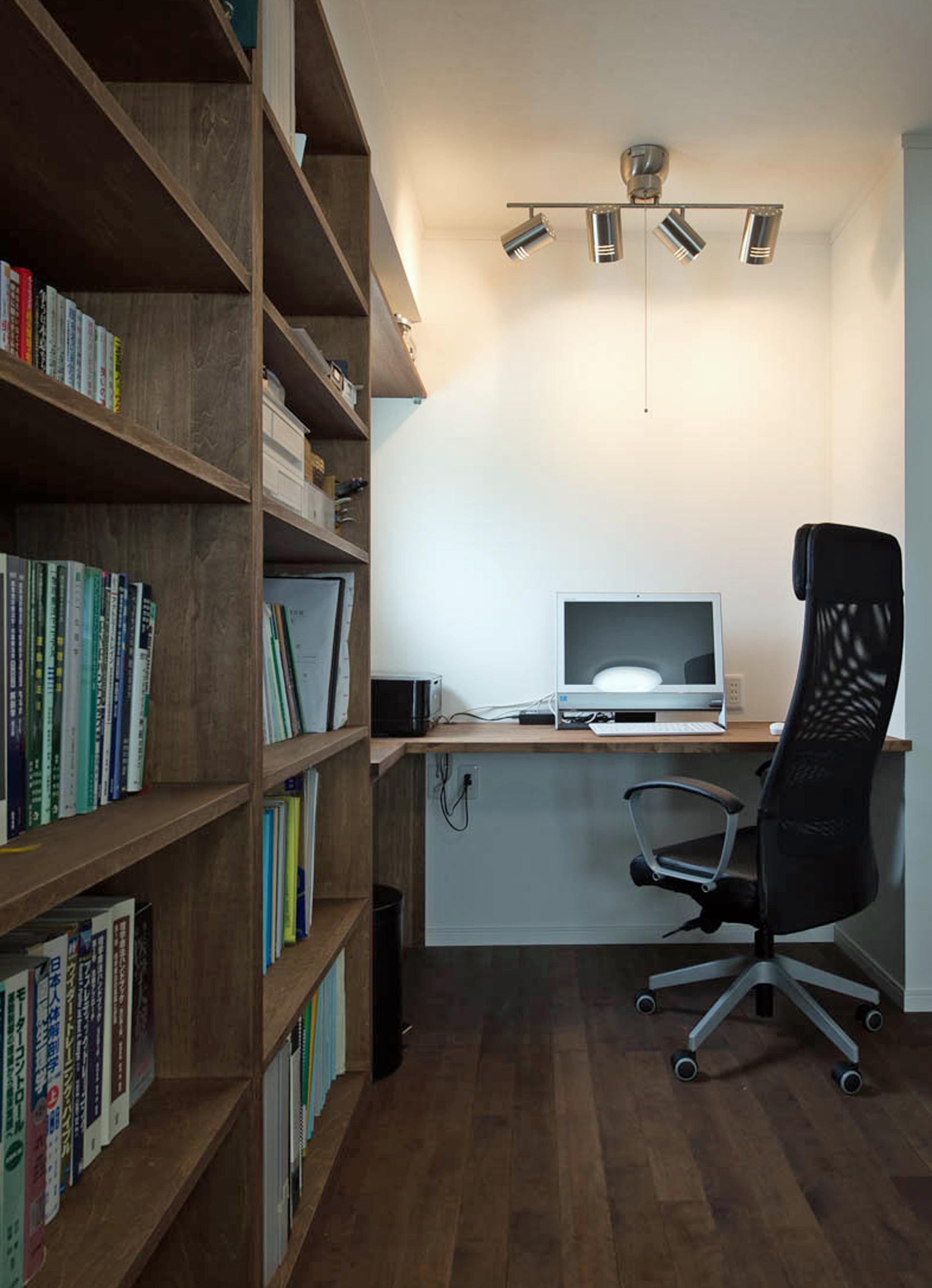 ハートホーム【デザイン住宅、収納力、間取り】寝室の一角に設けたご主人の書斎コーナー。本が多いご主人のために大容量の書棚を造り付けた