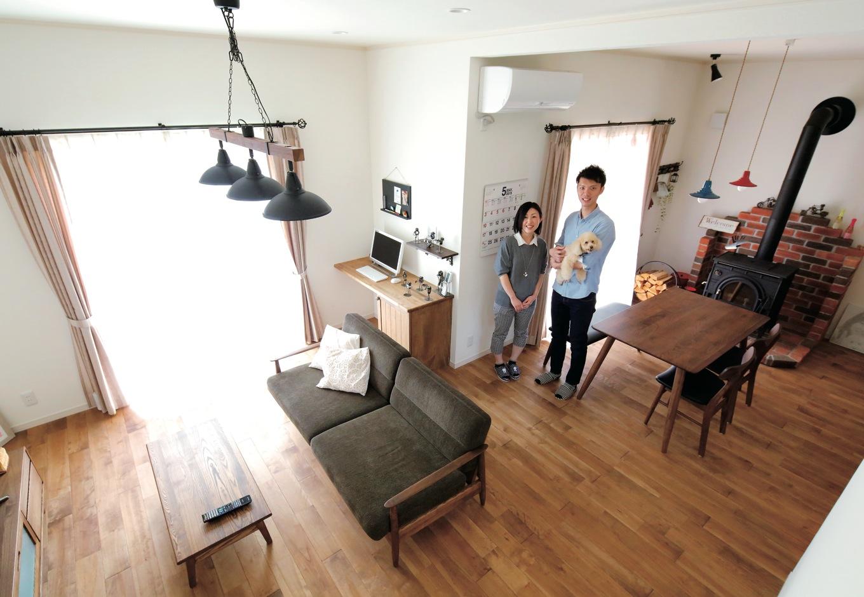 ハートホーム【輸入住宅、間取り、インテリア】中2階の畳コーナーからLDKを見下ろす。床は自然塗料仕上げ のカバザクラ。珪藻土の塗り壁とともに、あたたかな風合いで暮らしを包む。薪ストーブはピザやカレーなど調理にも活躍した