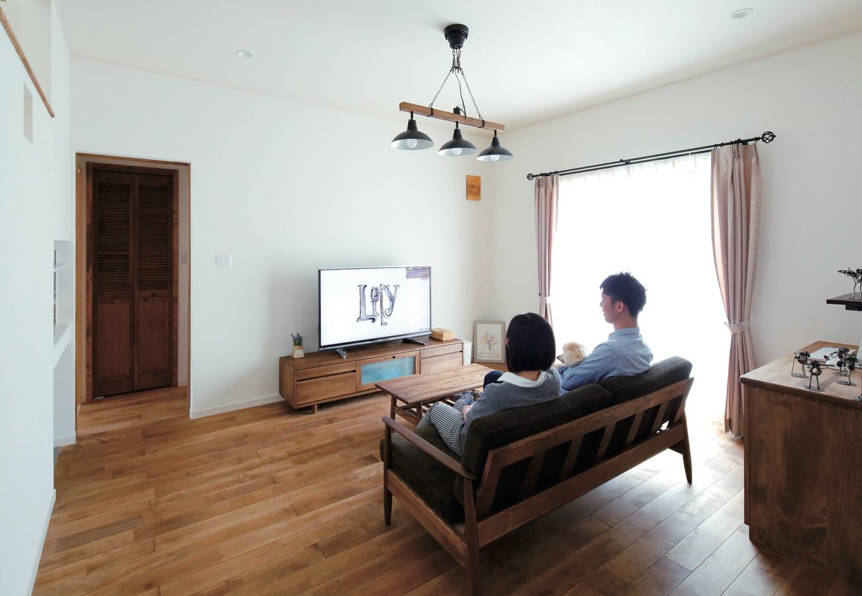 ハートホーム【輸入住宅、間取り、インテリア】照明やカーテンレールは、コーディネーターに相談しながら決定。パソコンデスクは造り付けならではの統一感