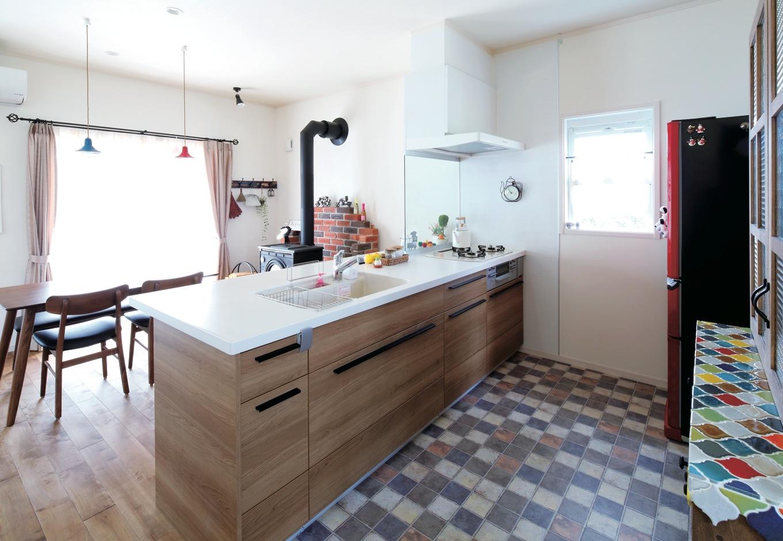 ハートホーム【輸入住宅、間取り、インテリア】明るく作業のしやすいキッチン。2階に上がるときは、横を通るようにプランニングされた