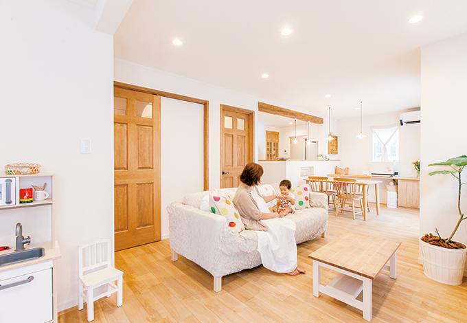浴室を2階にし、広さを確保したリビング。現在はキッズスペースにしている続き 間の洋室は、将来親と同居する際、壁で仕切って独立した部屋として使用する予定