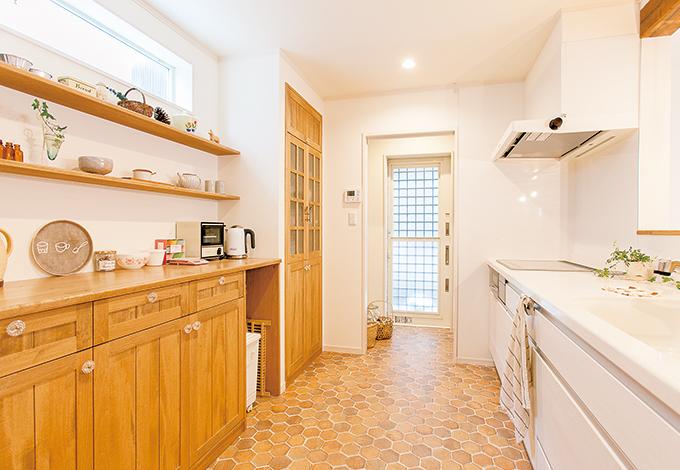 友人たちを呼んでのホームパーティや、将来子どもと一緒の時にも、ゆったりとしたスペースで作業ができる広々したキッチン