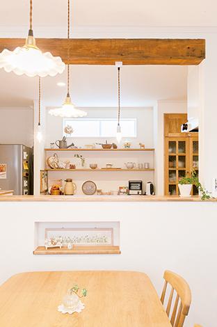 照明や、ディスプレイラックのようなキッチン背面の棚は、まるでカフェのようなかわいさ。日常使うキッチン家電はパントリーへ収納