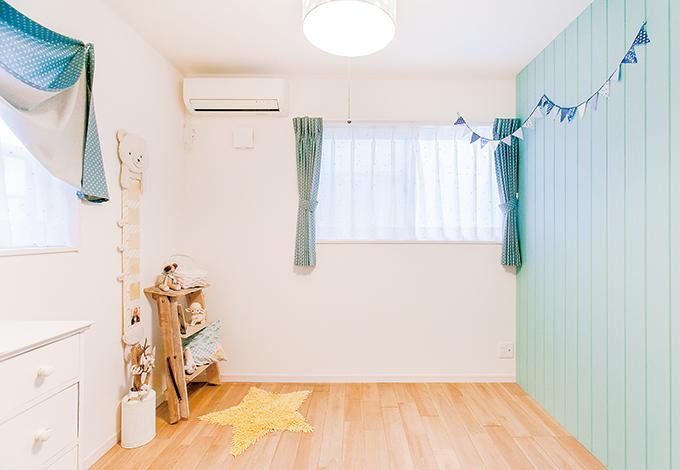 壁の色とカーテンをコーディネートした長男の部屋。奥さまが好きだという星のモチーフは家の中の随所に