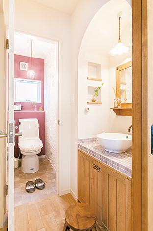 タイルや木など、素材感を大切にした手洗い。壁のニッチが小物置きに便利