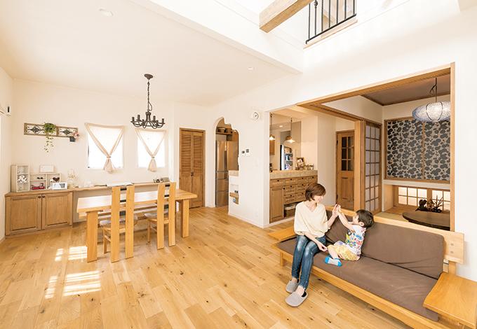ハートホーム【デザイン住宅、趣味、間取り】2階の天井部分までのびた吹き抜けのあるリビングは、家族全員が集まれるように広めに設計。床材は、幅が広めのアンティークオークをセレクト。「直接足にふれる木のぬくも りは、子どもたちも気に入っています」とご主人