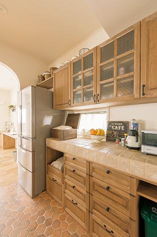 ハートホーム【デザイン住宅、趣味、間取り】キッチンの作業スペースとカップボードも全てオーダー。アイアン雑貨が好きな奥さまは、取っ手もアイアンで統一