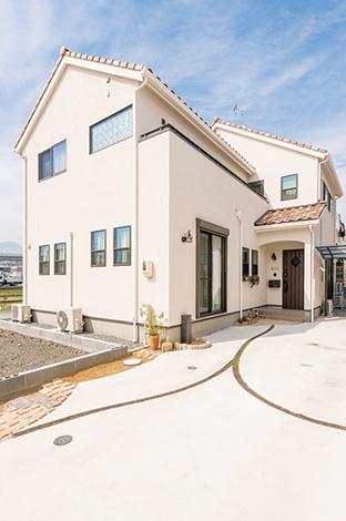 ハートホーム【デザイン住宅、趣味、間取り】塗り壁と陶器瓦で、プロヴァンスをイメージさせる外観
