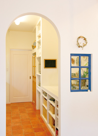ハートホーム【デザイン住宅、自然素材、間取り】においと音がLDKに広がらないよう、ほどほどの独立性を確保。アーチの壁とブルーの小窓により、つながりはやわらかく保たれる