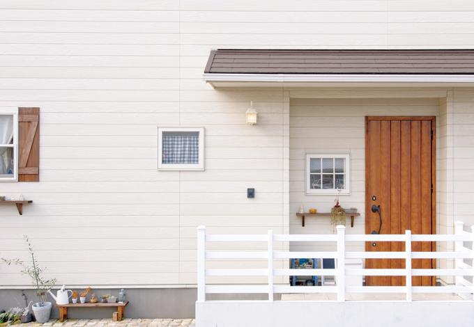 ハートホーム【デザイン住宅、自然素材、間取り】鎧戸やディスプレイ用の花棚が、楽しさとご家族らしさを演出する