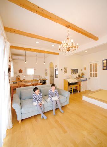 ハートホーム【デザイン住宅、自然素材、間取り】化粧梁やブルーの差し色が空間のアクセ ントに。玄関や階段を行き来する気配も、それとなく感じられるように計画されている