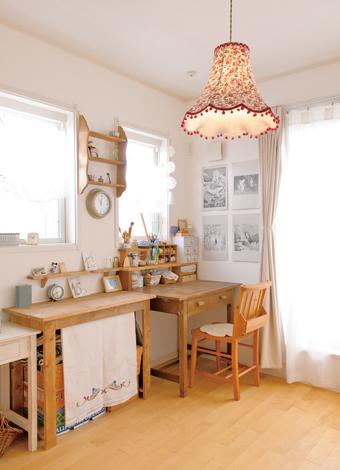 ハートホーム【デザイン住宅、自然素材、間取り】書斎兼客間として用意したが、現在は奥さまの作業部屋に。奥さまの手によるカーテンや飾り棚がF邸らしさを 生む要素のひとつになっている