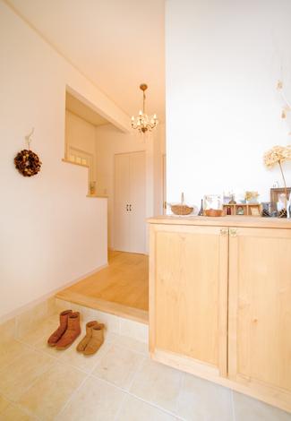 ハートホーム【デザイン住宅、自然素材、間取り】靴箱は雰囲気に合うものを造作してもらった。右手の玄関収納は可動棚やパイプを備え、使い勝手もいい