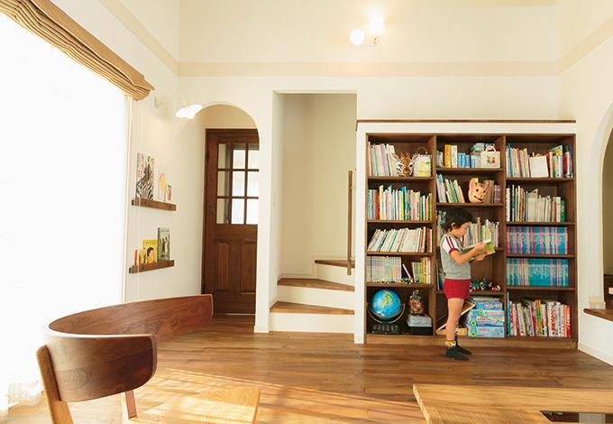 自然に本と触れ合う生活ができるように、リビングには大きな造作本棚を設置。右の小部屋は、子どもたちの秘密の隠れ家