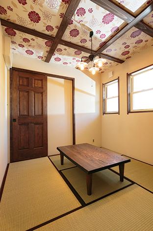 和室は旦那さんのスペース。天井の花柄は、昭和レトロをイメージしたというこだわり空間