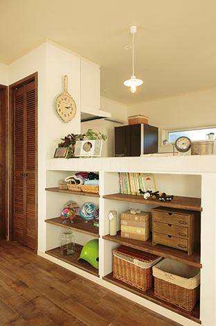 床材はカバザクラ、造作家具も色味を統一