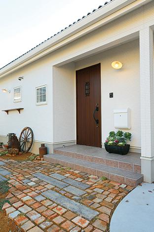 玄関のアプローチには石畳を採用しレトロな雰囲気に