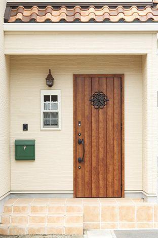ハートホーム【デザイン住宅、輸入住宅、自然素材】玄関ドアのセレクトはもちろん、小窓やポーチライト、郵便受けなどの何気ない配置にも、室内への期待を高めるセンスが漂う