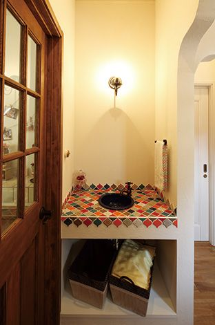 ハートホーム【デザイン住宅、輸入住宅、自然素材】洗面はカラフルで楽しい形のタイルを貼ったオリジナル。お客さんが洗面所に立ち入らなくても済むよう、日常使いの洗面とは別に用意した