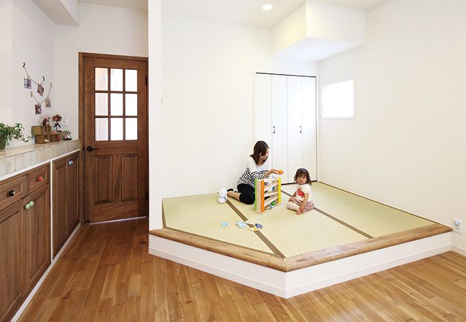 ハートホーム【デザイン住宅、輸入住宅、自然素材】和室まではいらないが子どもがお昼寝できるスペースがほしい、そんな要望からLDKの一角を小上がりの畳コーナーに
