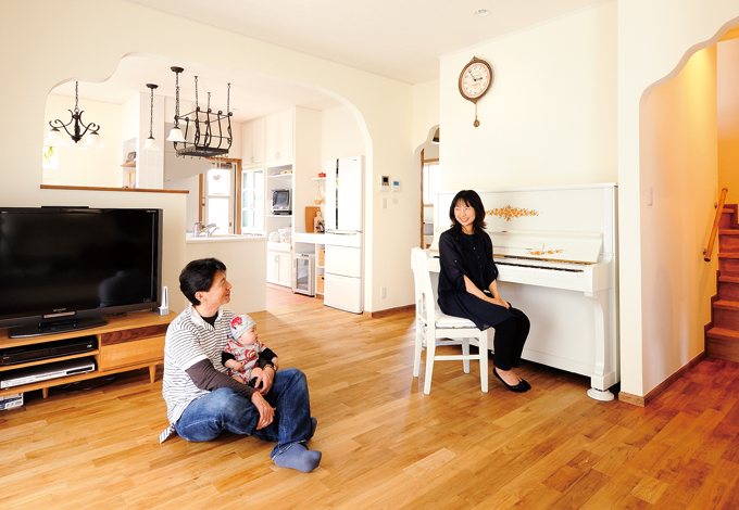 ハートホーム【デザイン住宅、子育て、輸入住宅】床は無垢のオーク、壁は珪藻土。断熱材は防虫効果も優れているセルロースファイバーを使用。快適で心地よい空間を生み出している