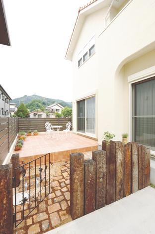 ハートホーム【デザイン住宅、子育て、輸入住宅】LDKに続くデッキ。木ではなくタイルにすることでより南欧風に。手入れが楽なのもお気に入り