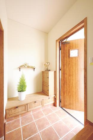 ハートホーム【デザイン住宅、子育て、輸入住宅】タイルと自然素材がやさしい玄関。クローゼットの他、玄関収納も設けるなど、機能性も高い