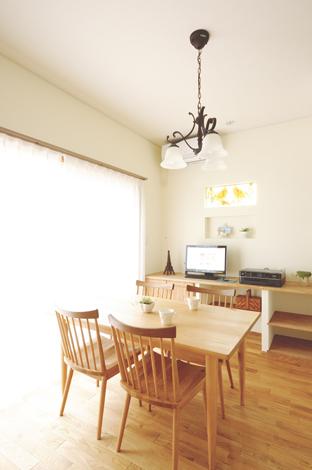 ハートホーム【デザイン住宅、子育て、輸入住宅】南側窓からやわらかな日差しが射込む明るいダイニング