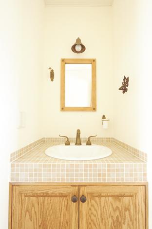 ハートホーム【デザイン住宅、子育て、輸入住宅】2Fの洗面台。アイアン、タイル、素材、木の組み合わせが優しい雰囲気に
