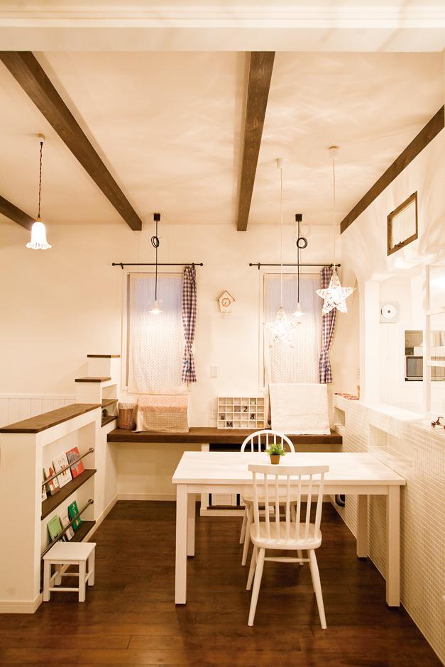 光を受けて一層趣を増すムクの床と珪藻土の塗り壁。照明は複数のペンダントの高さや形を変えて、遊び心いっぱいに