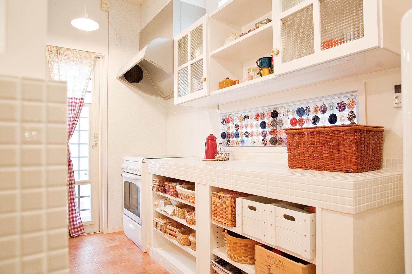 持ち込みのカゴに合わせてオーダーしたオリジナルの可動棚キッチンキャビネット。憧れのガラストップ付ガスオーブンは仏・ロジェール製