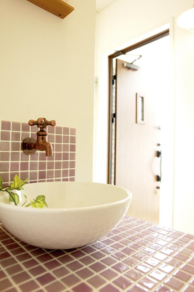 玄関脇の手洗いはスミレ色のモザイクタイルで