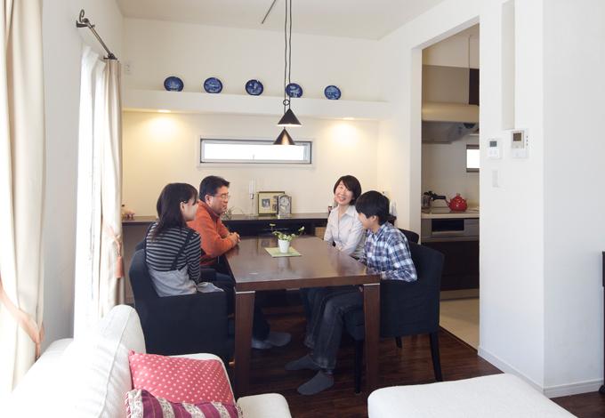 ハートホーム【デザイン住宅、子育て、インテリア】リビングは外観と同じく白の壁とダークブラウンの栗の床