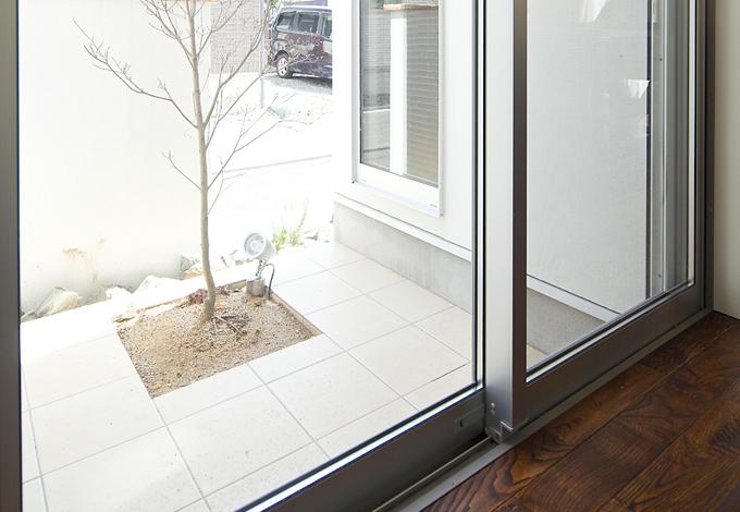 ハートホーム【デザイン住宅、子育て、インテリア】リビングスペースの間取りを工夫して配置した憧れのパティオと、栗の無垢の床材