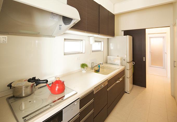 ハートホーム【デザイン住宅、子育て、インテリア】作り付け棚のある収納たっぷりキッチンスペース