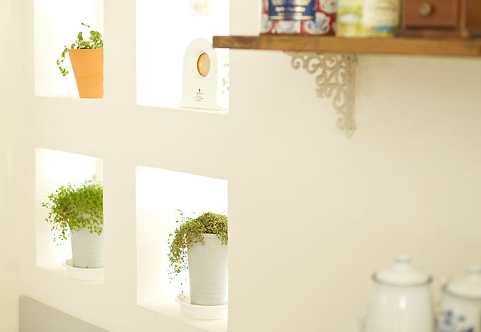 ハートホーム【デザイン住宅、子育て、インテリア】採光を考えた壁にはグリーンを置いてお洒落に演出